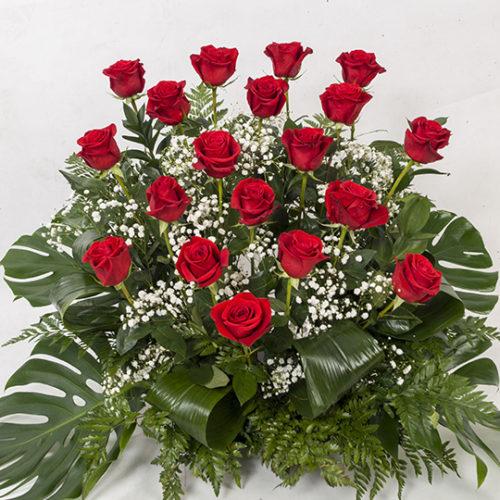Composición floral de rosas rojas naturales