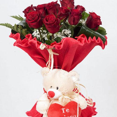 Rosas rojas con osito de peluche.