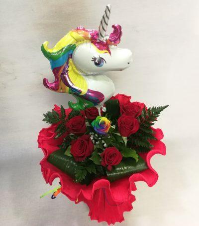 Rosas rojas con arcoiris y unicornio