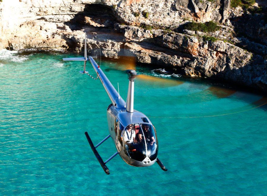 helicóptero sobre el mar