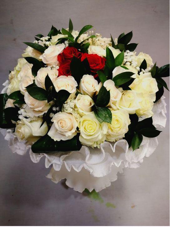 Ramo 50 Rosas Blancas Con Tres Rojas Flores Dalia