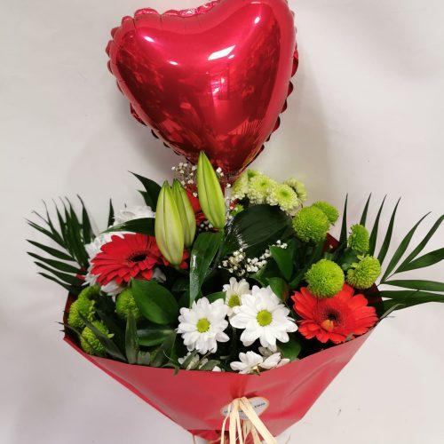 bouquet flor temporada rojo con globo corazón