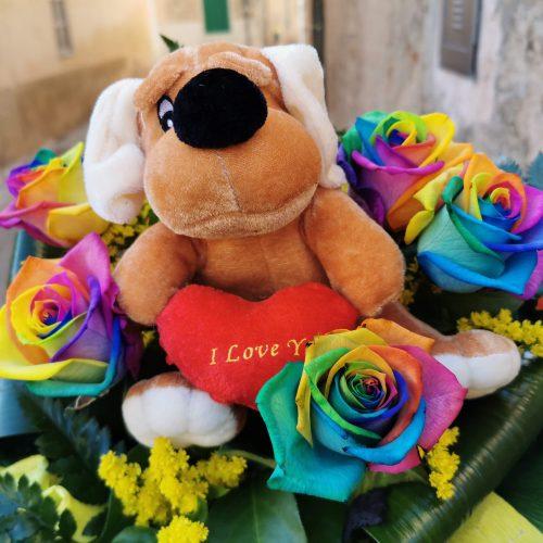 Rosas arcoiris con peluche